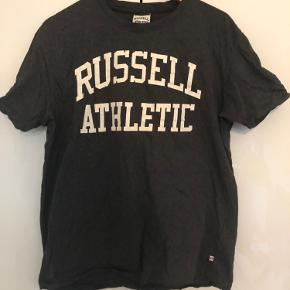 Russel athletics tee Str: Large Cond: 9,5 kun prøvet på Nypris var: 450,-  Har en masse andet til salg tag gerne et kig