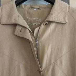 lækker jakke med syninger foran og bag på fin som overgangs jakke den er som ny men knapperne er blevet syet strammere på. brystvidde 2 x 64 længde fra skulder 83 OBS farven er mere varm beige en på billedet - samme farve som vaskeskind