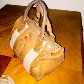 Alle bud er velkommen  Sjælden Vintage Mulberry taske i tykt læder. Købt for 10 år siden for 8.500-10.000kr. Kvittering haves ikke.   ✨ Vurderes til min. 3.500kr ( Mulburry butik på strøget i København i feb. 2018)  ✨Er villig til at gå under vurderet pris, så kom med et bud 👍🏼☺️  📬 Køber betaler for forsendelse 📬