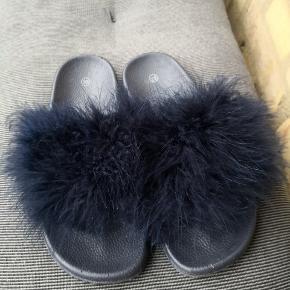 Blå sandaler med fjer. Købt i Trend Accessories på Strøget i Kbh. Str. 38 (bruger normalt en str. 37-37,5). Brugt én enkelt gang.  ▪️Sender gerne/køber betaler porto ▪️Returnerer ikke ▪️Køber betaler ts gebyr