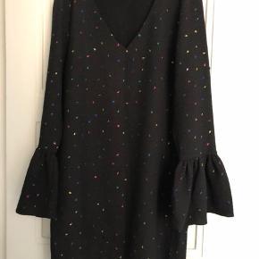 Flotteste kjole med confetti-print og trompetærmer. Brugt meget begrænset.  Længde ca. 87 cm.  Brystbredde ca. 53 cm.  Bytter ikke!