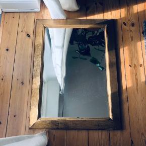 Smukt stort patineret gammelt træguldspejl. Mål : h: 76 b : 56.