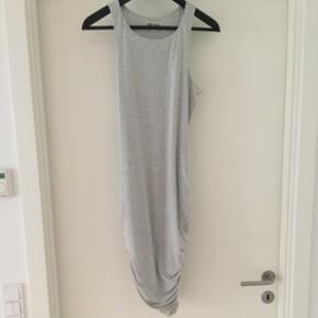 Kjole i lækkert stof. Købt i Australien. Passer en small og medium. Med folder i bunden så en går flot ind når jeg har den på. Byd!