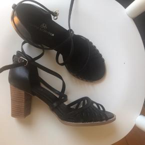 Sofie Schnoor sandaler str 37 / hæl 7 cm brugt Max 3 gange - kryds på vristen og bindes om anklen- rigtig gode at have på