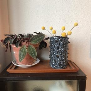 Funky vase med små dutter/spidser på 🌈 i grå med chanceringer. Måler ca. 16 cm i højden, og 9 cm i diameter. Nyere design 🐚   Bemærk - afhentes ved Harald Jensens plads eller sendes med dao. Bytter ikke 🌸  💫 Vase loppefund sort grå keramik stentøj