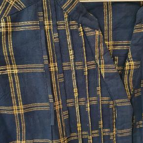 Mørkeblå med ternet mønster i guld. Aldrig brugt, kun vasket. Kan sendes eller afhentes på frederiksberg