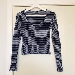 Jeg sælger denne fine stribede bluse fra Zara, som er tætsiddende med v-udskæring. Den fejler intet, da den kun er brugt få gange.  #30dayssellout