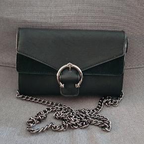Helt ny taske med pung og rum indvendigt.  Farve Sort.   Med Lynlås og magnet knap.