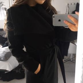Jacqueline de Young frakke i sort.  Næsten ikke brugt! Byd