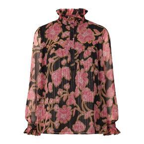 Super fin skjorte fra Lollys Laundry med blomster og tynde guldtråde i str. small 🌸 Sælges da jeg desværre ikke får den brugt.