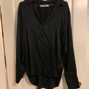 Gestuz skjort med flæser på ærmer. Str 36, dig lidt store i størrelsen.