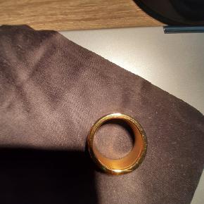 NY PRIS Meget smuk Bering Ring i guld incl fire tynde inderringe - en guld og sølv sandblæst og en guld og sølv m sten. Desværre er ringen købt for stor, og kunne ikke byttes da det var en bestillingsvare. ( str 60 ) Ringen er brugt Max 4-5 gange. Købs pris kr 1200 - kvittering vedlagt.