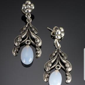 Sjældne Georg Jensen Moonlight Blossom ørestikkere af sterling sølv.rydet med lyseblå kalcedon. H. 4,2 cm.  MP 3500 kr