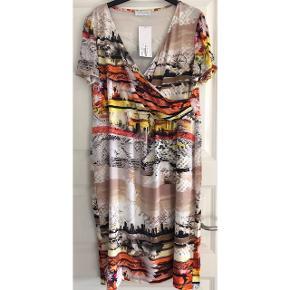 Elinette kjole str 46. Kjole i glat stof med stræk (også i foret). 92% viscose og 8 % elastan. Brystvidde: 60 cm. X 2. Længde: 115 cm.