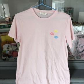 - Pris er inkl fragt :)  Mega kær t-shirt i super kvalitet 💌 Brugt og vasket 1 gang - fremstår derfor som ny   • Sørger for at gøre handlen CO2 neutral ved køb - tilbyder mængderabat 🌳❤️