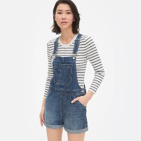 Skønne korte denim-overalls fra GAP. Passer str. 34-38. Er perfekte til sommer med en t-shirt, bluse eller skjorte under.