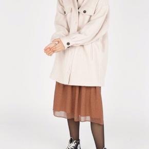 * Frakke/ jakke fra American Vintage * To sidelommer * To brystlommer * Knaplukning * Materiale: 65% uld, 30% polyester, 5% andre fibre  Brugt meget lidt, har dog en lille mikroskopisk plet på den en lomme.  Størrelse xs/s oversize så lidt til den store side  Farven er mørk fløde/ lys beige