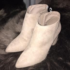 Super fine beige støvler fra H&M😍 De går godt til et klassisk outfit👌 De er aldrig blevet brugt så de er så gode som nye(:  🖤 - Bytter ikke 🖤- Fragt betales selv 🖤 - Altid åben overfor BUD 🖤- Ikke ryger hjem // Ingen dyr 🖤 - Køb af flere ting = mængderabat