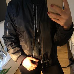 Sort bomber jakke, brugt 2-3 gange. Fin som både jakke og underjakke i det kolde vejr