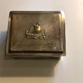 Gammelt sølvskrin med træindsats. Skrinet er fra 1958 og måler ca. 12 x 14 x 5 cm. Kan evt. bruges som smykkeskrin  Byd :-)