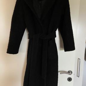 Pæn boucle frakke fra ganni. Lang model. Nypris 2400kr. Byd:-)