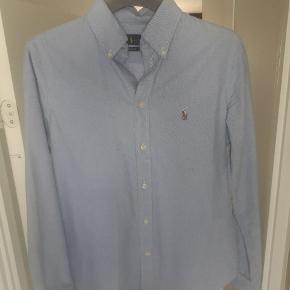 Ralph lauren skjorte til kvinder, den er pasformet og den standarde blå farve. Brugt enkelte gange.