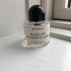 Sælger denne skønne Byredo Rose of no man's land eau de parfum i 50 ml.  Den er købt i starten af året og brugt en smule (se billede 2).  Np var 950 kr. Æsken medfølger.  Bytter IKKE, kan mødes og handle eller sender på købers regning.