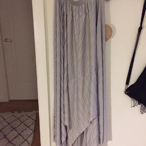 Plisseret asymmetrisk nederdel med blødt fald, elastik i talje
