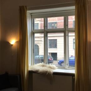 Gule gardiner fra IKEA, kun haft oppe i 1 dag. Kom med et bud :)  Gardinstangen følger ikke med.