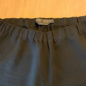 Mega lækre bukser med brede ben og elastik i livet. Har ikke lommer. Rigtig lækker kvalitet og mærket holder sig generelt meget pænt  Det er str 27 i deres størrelser, men 48 passer med hvad jeg brugte da jeg købte dem.