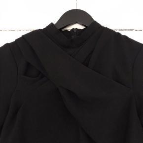 Asos t-shirt med høj krave og lynlås i nakken. Flot mesh detalje  foran, som giver trøjen er mere fashionable look.   Str. 38