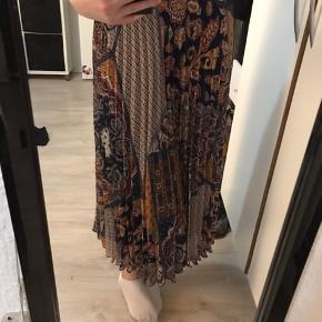 Lang nederdel med mønster. Den er aldrig brugt, så nu skal den ikke længere ligge i mit skab, men have et nyt hjem:))