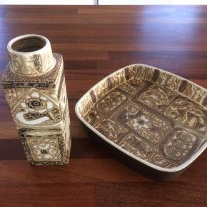 Samlet kr. 400, pr. del kr. 250 Vase højde 20 cm Fad 22x22 cm, højde 4 cm