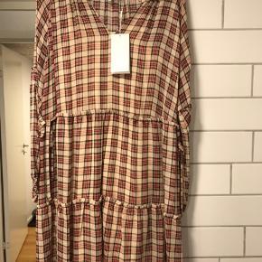 Spritny med underkjole   Bredde over barm : ca 2* 60 cm Længde: ca 95 cm  Model : Juhu Dress  100% viscose