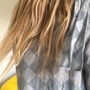 Super lækker skjorte i silke (40%) fra 2ndday. Købt for stor så aldrig brugt. Se billede af sløjfe for mest præcis gengivelse af farven. Giv et bud