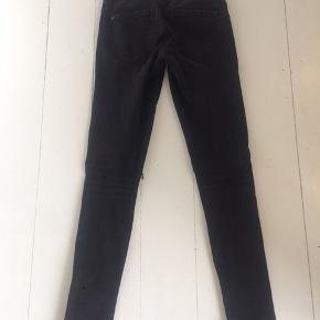 Sorte jeans fra Only med huller på knæene. Str M/34. I fin stand.