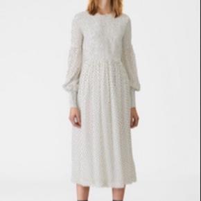 Købte denne fine  ganni kjole i anledning af jeg skulle have hue på, men endte med at have noget helt andet på, og sælger den derfor.