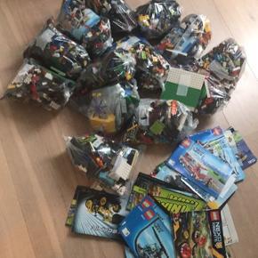 En masse masse LEGO med brugs anvisninger til   Der er samlet to store plast kasser - for over 5000 kr  Min pris er 1000kr