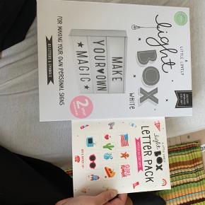 Light Box med tilbehør i form af bogstaver og tegn til!  Aldrig brugt, nypris samlet er 449kr  Byd gerne og spørg om flere billeder.  Køber betaler fragt