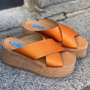 Dette er Apair's bud på den perfekte sommer sandal. Høj kork sandal i orange glitter ruskind., STYLE TIP:, Du kan matche denne smukke med ALT. Elsker dem til en simpel kjole Helt nye og ligger i org æske Str 36