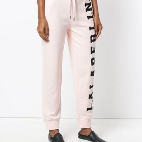 Sælger mine mega fede lala Berlin sweatpants, de er brugt at par gange og kan sælges sammen med trøjen som et sæt :) kom med et bud