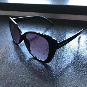 Varetype: Solbriller Størrelse: Oversize Farve: Sort Oprindelig købspris: 2799 kr.  Tom Ford Cat eye black gloss glass solbriller. Køb her på trendsales. Synes ikke de passer til mit ansigt, derfor sælges de videre.
