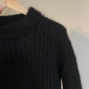 Lækker, varm, blød hjemmestrik - Striktrøje: Hjemmestrikket sweater - Den er strikket efter PetiteKnit (Petite knit) opskriften 'September Sweater' i str. S og sort Soft Silk Mohair fra Knitting for Olive. Det er patentstrik.  Striktrøjen er aldrig brugt. Der er garn for 700 kr. og mange arbejdstimer i, hvilket prisen er sat efter.   Kan sendes eller afhentes i Aarhus C eller Mårslet efter aftale.   Se også mine andre annoncer fra bl.a. Weekday, Gina Tricot, H&M, Ganni, Tiger of Sweden, Rosemunde, With Jean, Rude, Faithful the Brand, COS, Zara, FWSS og vintage/ retro