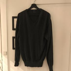 100 % cashmere strik fra Massimo Dutti i mørkegrå. God kvalitet. Fnudlre ikke One size