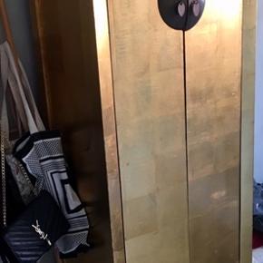 Kinesisk guld skab. 4 hylder og en bøjlestang der kan tages ud. Mål 180x60x40 cm.