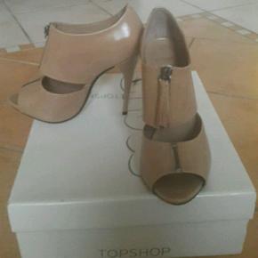 Smukke læderstiletter fra Topshop, aldrig brugt! Desværre for store til mig:-/ Nypris 849 kr. Køber betaler porto, hvis de skal sendes :-)