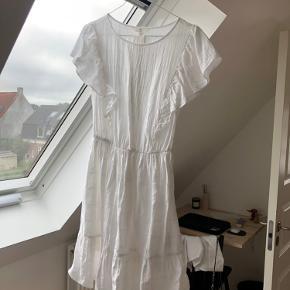 Kjolen er blevet brugt en gang. Køber skal selv betale fragten. Man er velkommen til at give et bud også 😁