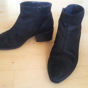 Hverdagsstøvle fra Vagabond i skind. Fin stand, men skal indimellem sprayes med skospray indeholdende sort farve, så den kan blive pæn igen. Hæl er på 5 cm.