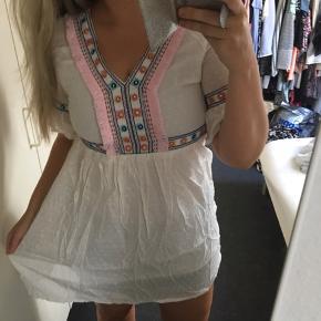 Utrolig smuk kjole med de fineste detaljer. Jeg har købt den i L, men den er desværre meget lille i str. Hvilket er grunden til den sælges.