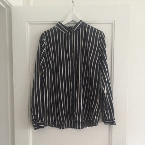 Mørkeblå med hvide striber. Skjorte fra Neo Noir næsten ikke brugt. Byd